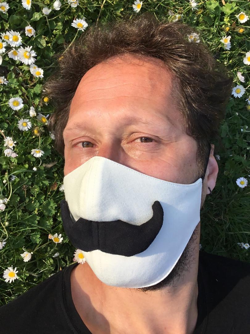 Maskierte Deutsche Steht Auf Schwanzgeschmack